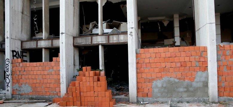 Hırsızların dadandığı Rıza Sarraf'ın eski holding binasına tuğlalı önlem